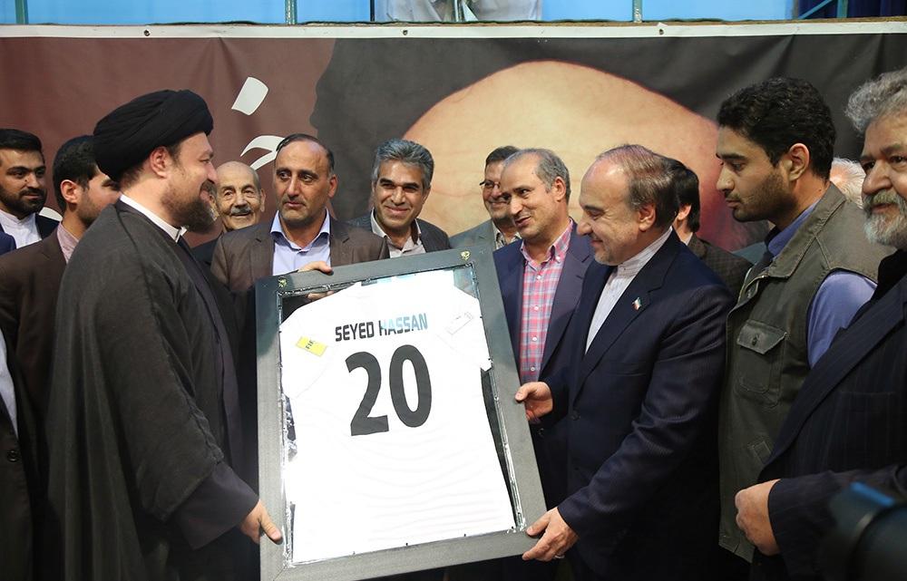 اهدای پیراهن تیم ملی به سیدحسن خمینی
