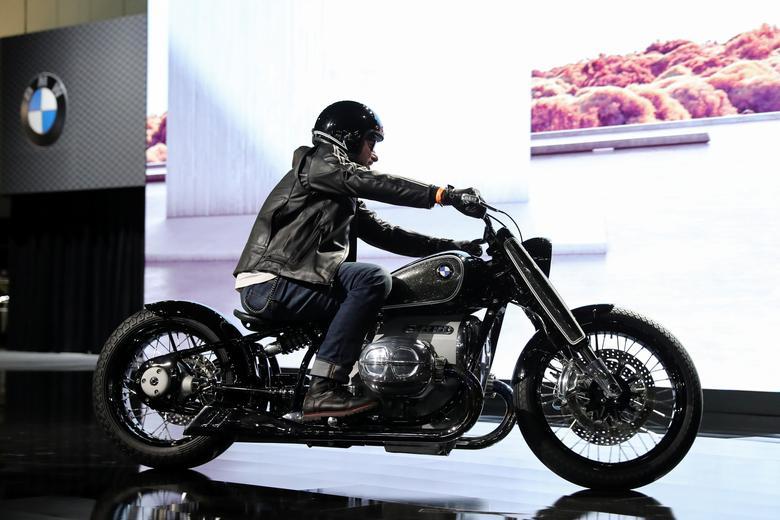 15 موتورسیکلت بیامدبلیو مدل R 18