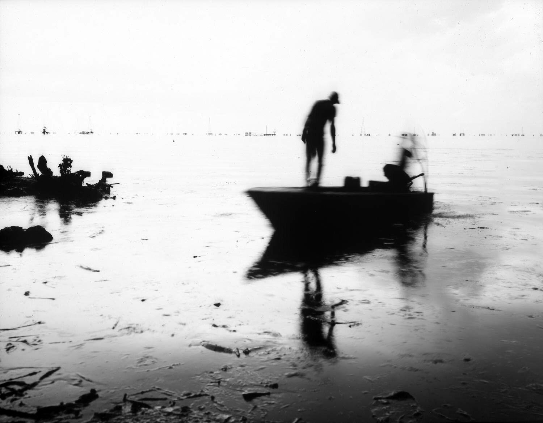ماهیگیری در دریاچه پر از نفت ونزوئلا