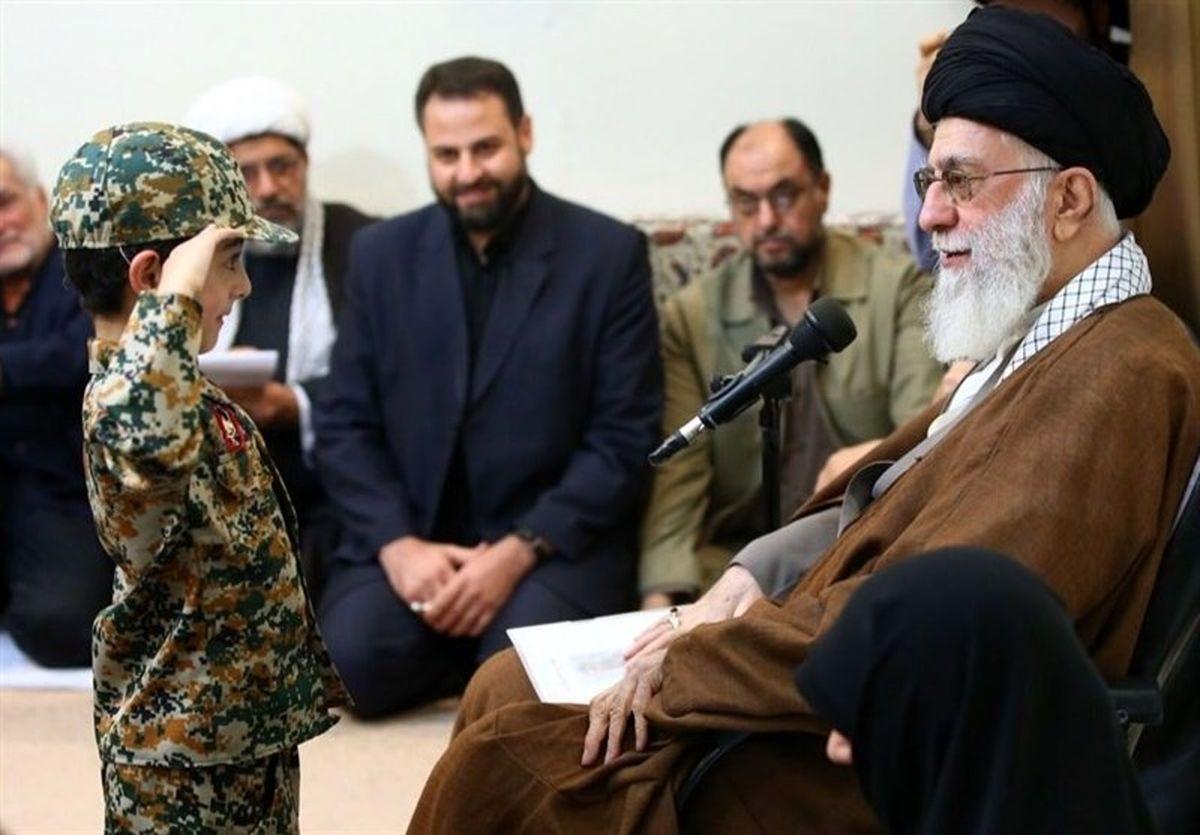 احترام نظامی فرزند شهید مدافع حرم به رهبر انقلاب +عکس