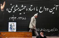 وداع غمبار ایرج راد با پیکر استادش +عکس