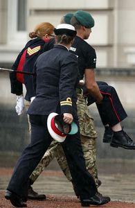 غش کردن افسر زن بریتانیایی در مراسم رسمی +عکس