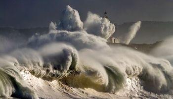 مقاومت فانوس دریایی در برابر امواج طوفان +عکس