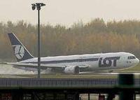 فرود بدون چرخ بوئینگ ۷۶۷ هواپیمایی لهستان در ورشو  +فیلم