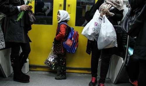 زنان دستفروش در مترو +عکس