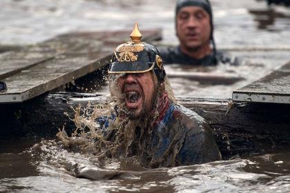 مسابقات عجیب و غریب مرد سرسخت در انگلیس +عکس