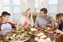 چرا هنگام صرف غذا با خانواده باید گوشی را کنار گذاشت؟