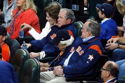 رقابت بوش پسر و پدرش در مسابقه بیسبال +عکس