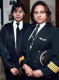 خلبان پاکستانی عایشه رابعه نوید و همکارش سادیا عزیز