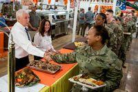 پذیرایی مایک پنس و همسرش از سربازان آمریکایی +تصاویر