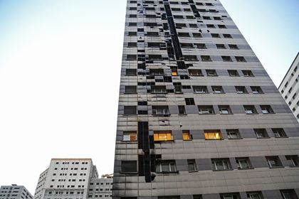 مهار آتش در برج ۲۲طبقه در غرب تهران +عکس