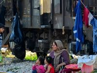 زندگی سیلزدگان خوزستان در واگنهای قطار +عکس
