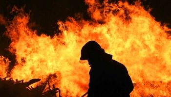 راننده نیسان در آتش سوخت
