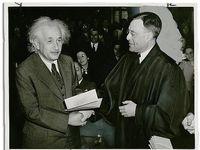 روش جالب آلبرت انیشتین برای فرار از طرفدارانش