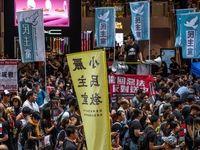 درگیری میان حامیان و مخالفان هنگکنگ در یک فروشگاه مجلل +فیلم