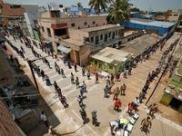 صف توزیع غذای رایگان با رعایت فاصله ایمنی در هند +عکس