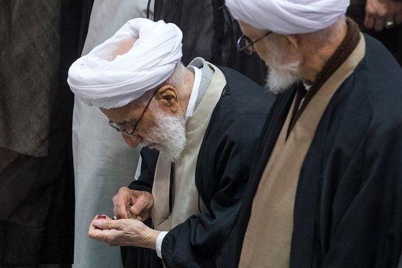 عطر زدن آیتالله جنتی در نماز جمعه تهران +عکس