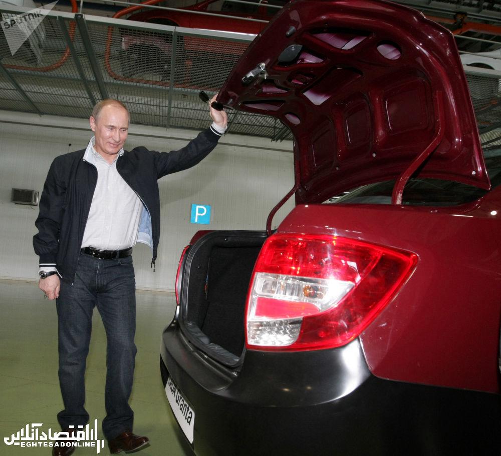 ولادیمیر پوتین در 11 می 2011 در حال بازدید از مدل جدید خودروی لادنا