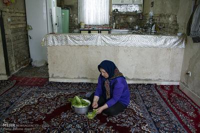 زنی که نان یک روستا را میدهد +عکس