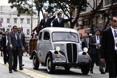تاباره باسکس رئیس جمهور و رائول سندیک معاون رئیس جمهور اروگوئه در دیدار با مردم پس از مراسم تحلیف