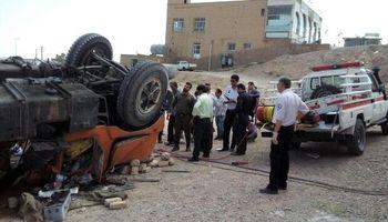 راننده تریلی میان آهنپارهها گرفتار شد