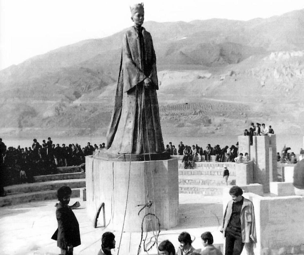 پایینکشیدن مجسمه فرح پهلوی به دست مردم منجیل +عکس