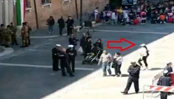 حمله یک زن با چاقو به افسر نیروی دریایی در ایتالیا +فیلم