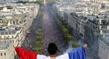 استقبال مردم فرانسه از قهرمان جامجهانی +تصاویر