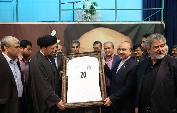 پیراهن شماره ۲۰ تیم ملی به نوه امام اهدا شد +عکس