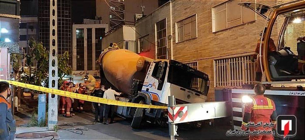 فرو رفتن یک کامیون در خیابان سهروردی! +عکس