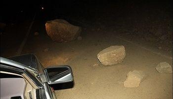 ریزش کوه در شمال تهران یک جاده کوهستانی را بست