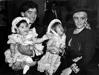 مارادونا در کنار اعضای خانواده +عکس