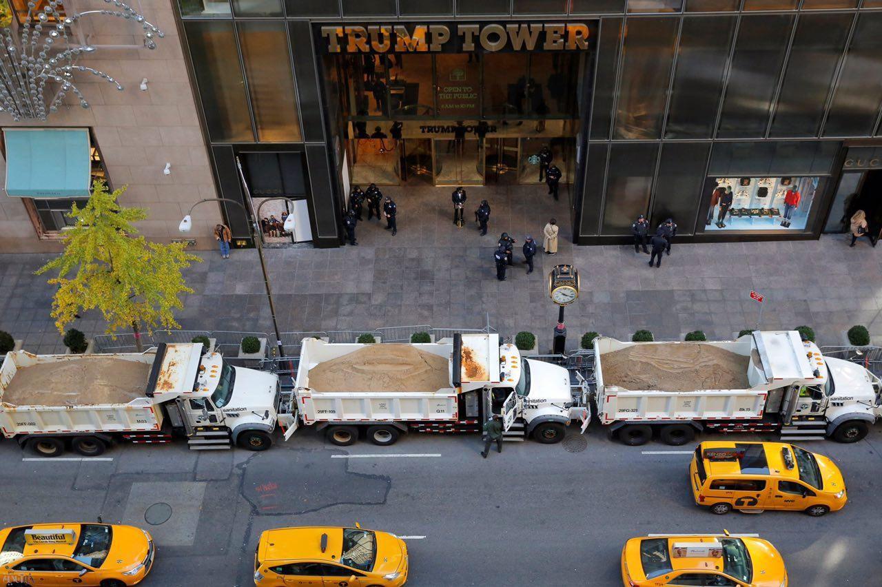 کامیونهای پر از شن و ماسه مقابل برج ترامپ