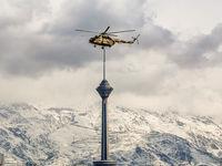 تصویری جالب از یک هلیکوپتر بر فراز برج میلاد