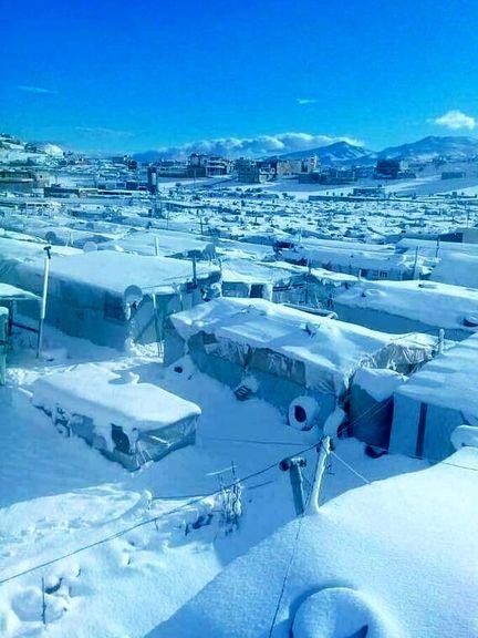 بارش سنگین برف در اردوگاه پناهندگان! +عکس