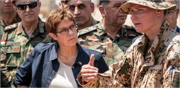 وزیر دفاع آلمان در جمع پیشمرگهها +تصاویر
