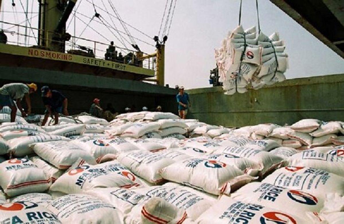 توزیع برنج وارداتی، بازار را به ثبات می رساند