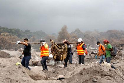 تلاش برای یافتن اجساد بعد از آتشفشان +تصاویر