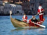 قایقسواری بابانوئلها در ونیز ایتالیا +عکس