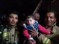 نجات دختر بچه ۸ماهه از میان دود +عکس