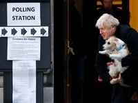 همراه عجیب نخست وزیر انگلیس در حوزه رای گیری +تصاویر