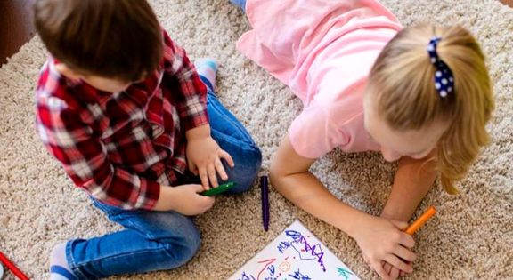 آیا نشستن به حالت «W» برای کودکان خطرناک است؟
