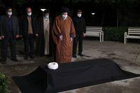 اقامه نماز رهبر انقلاب بر پیکر آیتالله مصباح یزدی +عکس
