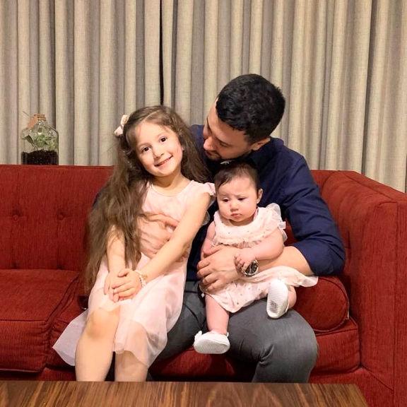 تصویر دیده نشده از آقای بازیگر و دخترانش