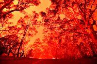 مهار آتش با تراکتور +فیلم