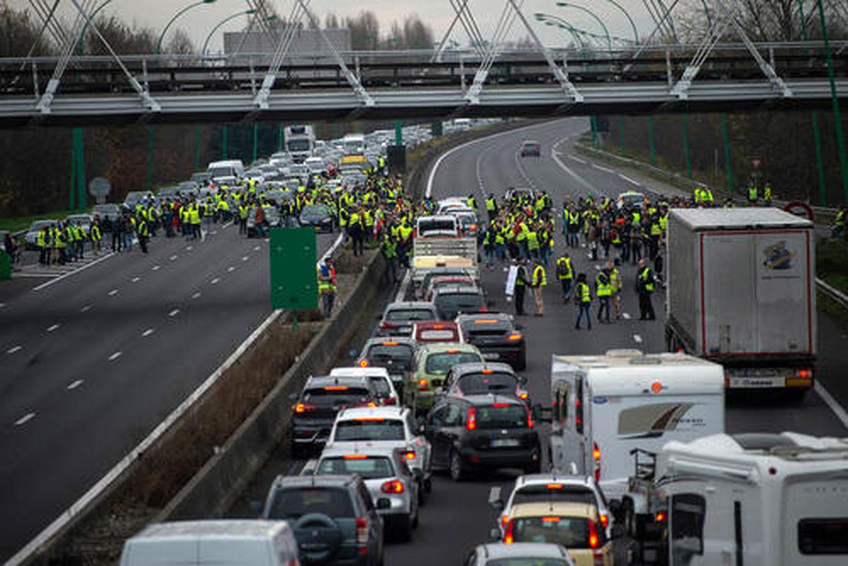 یک بزرگراه اصلی از سوی معترضان فرانسه بسته شد +عکس