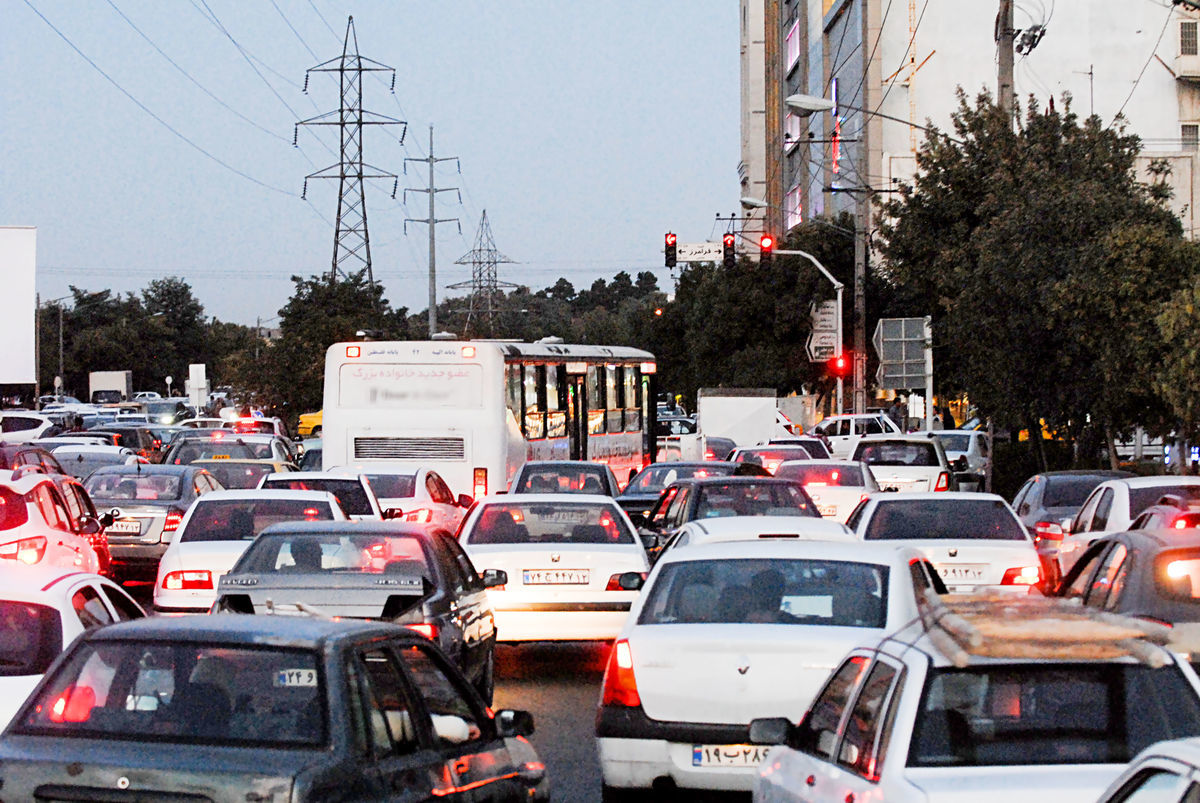 مسدود شدن دوربرگردان بزرگراه چمران و ترافیک دیوانهکننده زیرپل پارکوی/ پورسیدآقایی: مردم عادت میکنند؛ مردم: عادت نکردیم!
