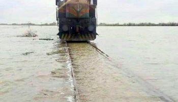 حرکت قطار بر روی ریل آبگرفته راهآهن اندیمشک +عکس