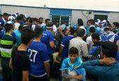 ازدحام هواداران استقلال مقابل هتل اقامتی بازیکنان