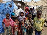 تغذیه جنگزدگان یمنی از زبالهها +تصاویر